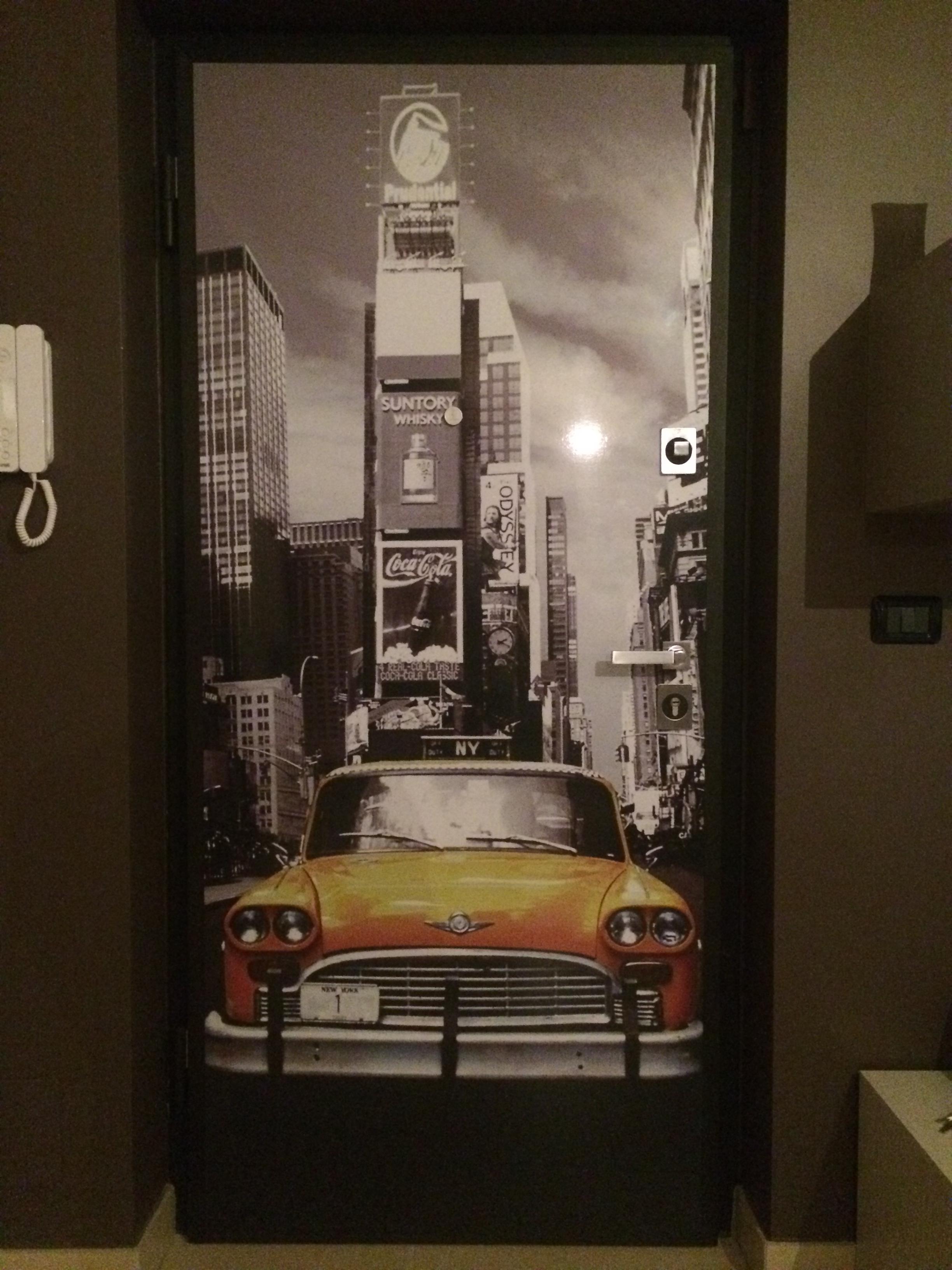 porta blindata porta blindata con immagine sicurezza in casa chiave bulgara serratura a cilindro europeo design maniglieria linea quadra argento